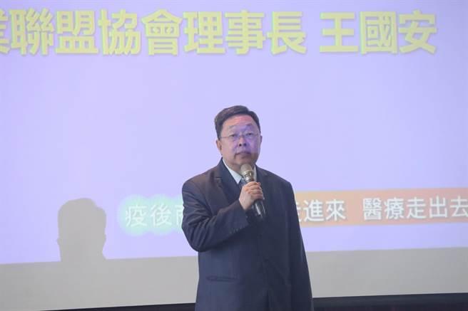 台灣大健康產業聯盟協會理事長王國安攜手醫療生技業者,布局西進南向全球大健康產業。(圖:吳泓勳攝)