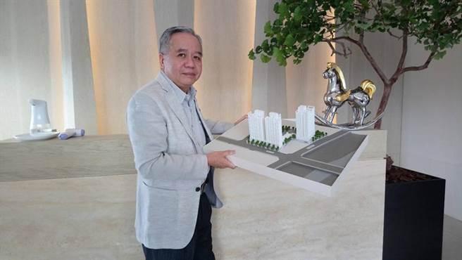 雋業建設總經理鍾尹堂開心宣布,「U雋」預售案已熱銷逾九成。圖/曾麗芳