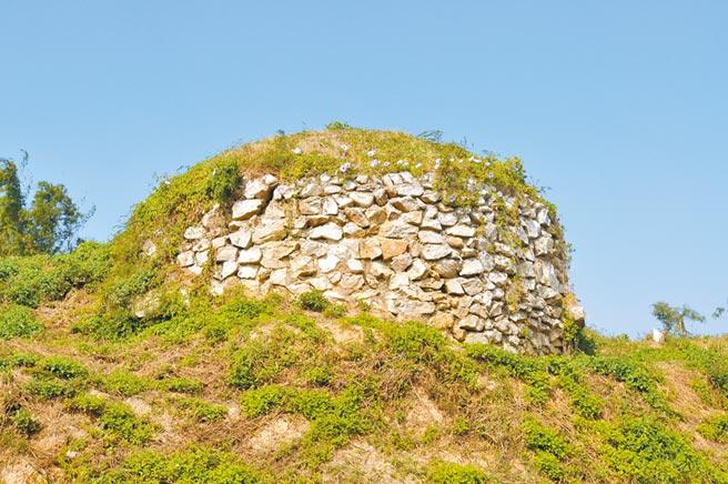 金門聚落旁的大碉堡見證「軍民一家」、「軍事第一」的大時代歲月。(李金生攝)