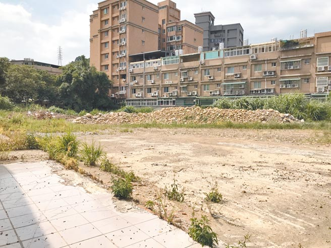 新北市府歷經多次溝通,終於遊說地主賣地,公兒四公園預計年底設計完成,明年底完工。(張睿廷攝)