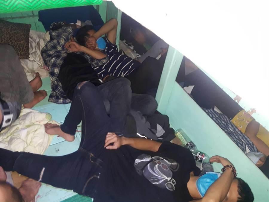 專案小組於「瑞蓬成2號」漁船甲板、臥艙、底艙逮捕越南籍偷渡犯共7女23男,平均年齡25至30歲。(海巡署提供/王文吉台中傳真)