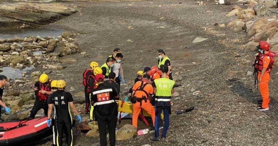 新北市瑞芳區海邊,於7日下午驚傳一名男子浮潛時,因浮球勾礁岩慘遭溺斃。(圖/新北市消防局提供)