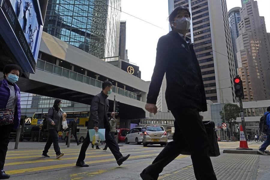 專家認為,美國若出手打擊香港聯繫匯率制度,可能觸發大陸祭出反制行動。(美聯社)