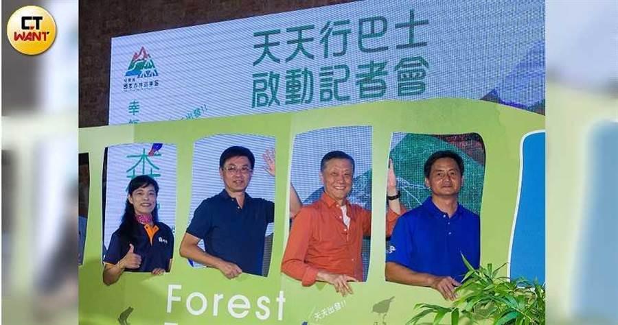 林務局精選推出20條國家森林遊樂區生態旅遊行程,今舉行啟動儀式。左二為林務局長林華慶、左三為雄獅董事長王文𠎀。(攝影/黃威彬)