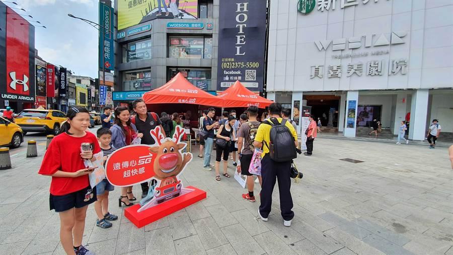 遠傳動員門市人員主動出擊,在北中南熱點商圈舉辦「遠傳心5G 飆速體驗營」。(遠傳提供)
