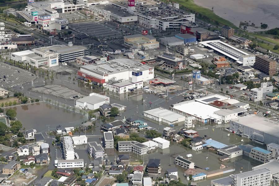 日本九州水灾夫妻受困 老翁绑绳救妻结局网鼻酸(图/美联社)