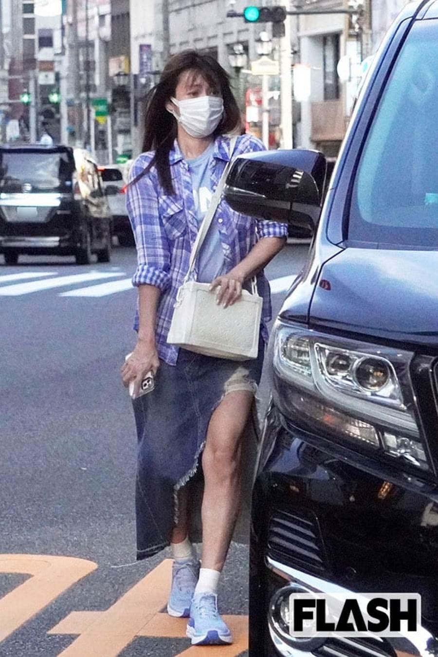 深田恭子為了拍寫真集頻繁進出美容院「維修」,保持完美體態,但日前被拍到下半身近照,「粗壯」到讓網友看傻。(圖/ 摘自日網SMARTFLASH)