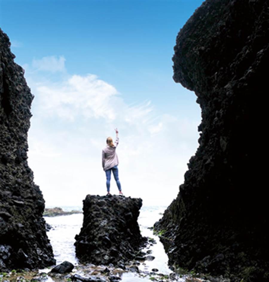 這座天然的岩石搭配著海天一線的美景,是不少網美必拍熱點。(圖/林建榮、編輯室、王景垣)