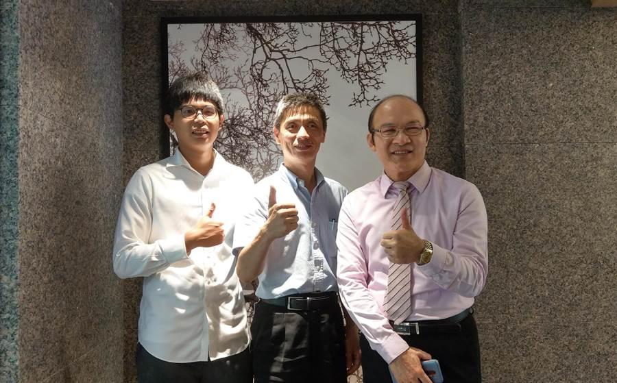 首鋼開發副總李志堯(圖中)出席「敦南學府」公開記者會,邀請知名財經專家賴憲政(圖右)站台。(葉思含攝)