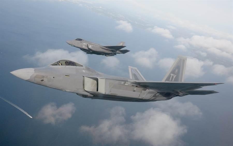 美國F-22與F-35戰機2020年5月18日在佛羅里達州西北部翡翠海岸(Emerald Coast)上空飛行的畫面。(美國空軍)