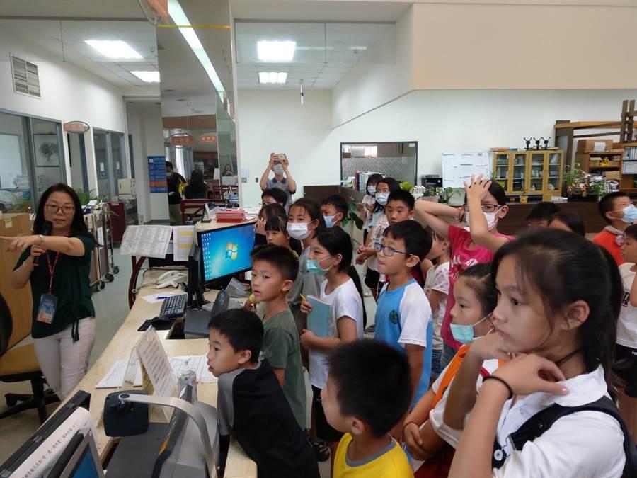 金大「圖書館小小志工訓練營」讓學童從小培養親近圖書館,善用圖書館各項資源的習慣。(金大提供)