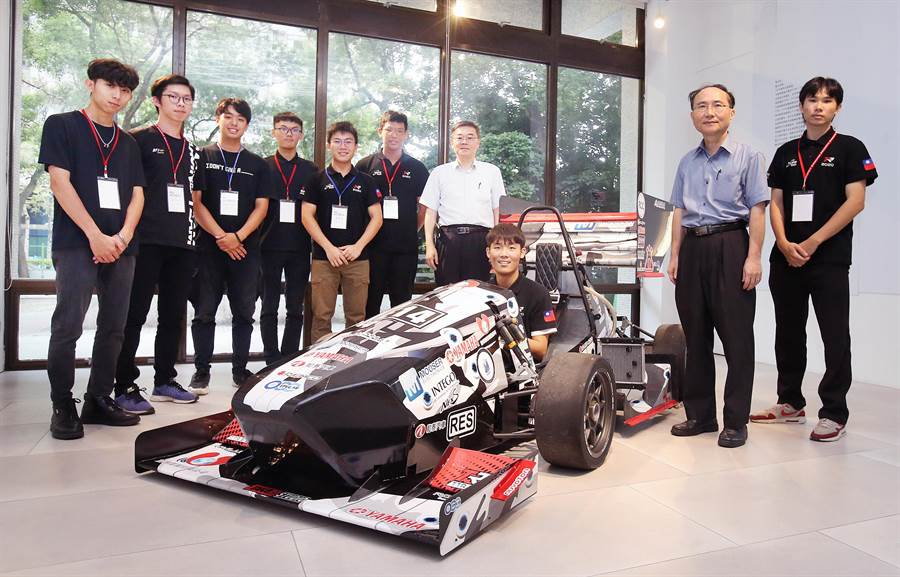 台北科技大學方程式賽車隊7日舉辦Taipei Tech Racing紀念展暨新技術發表會,研發團隊師生展示第5代最新電動車款。(范揚光攝)