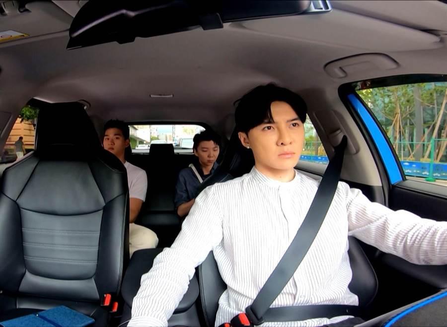 唐禹哲在新劇中體驗一日計程車司機,載到大咖歌手。(三立提供)