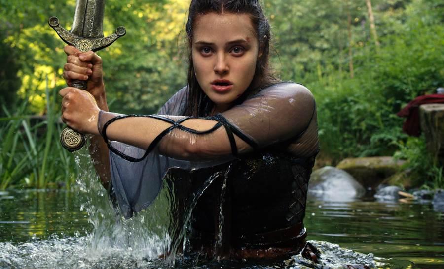 《天命之咒》(Cursed)故事描述「亞瑟王傳說」故事發生前,率先被神劍選中的少女妮妙成為湖中女神的傳奇故事。(Netflix提供)
