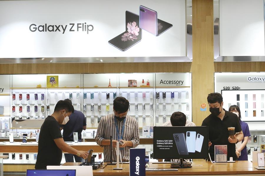 疫情影響民眾購買高價手機的意願,三星便推出更多價格實惠的手機吸引消費者。圖/美聯社