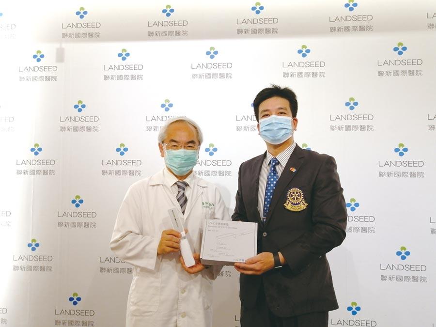 迪伸電子捐贈30支紫外光殺菌器,由迪伸董事長董欣志(右)代表捐贈予聯新國際醫院,由院長黃忠智(左)代表接受。圖/利漢民
