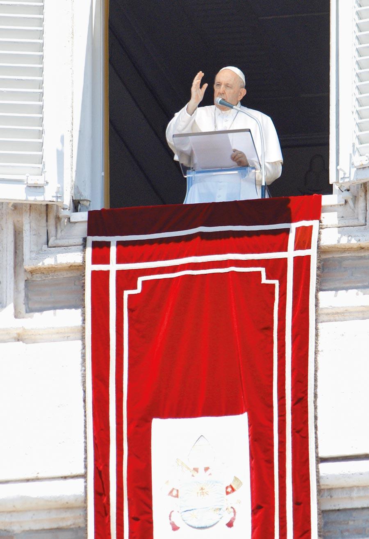 教宗方濟各5日發表演說,因臨時刪去對香港關切的內容,遭義大利媒體批判。(美聯社)