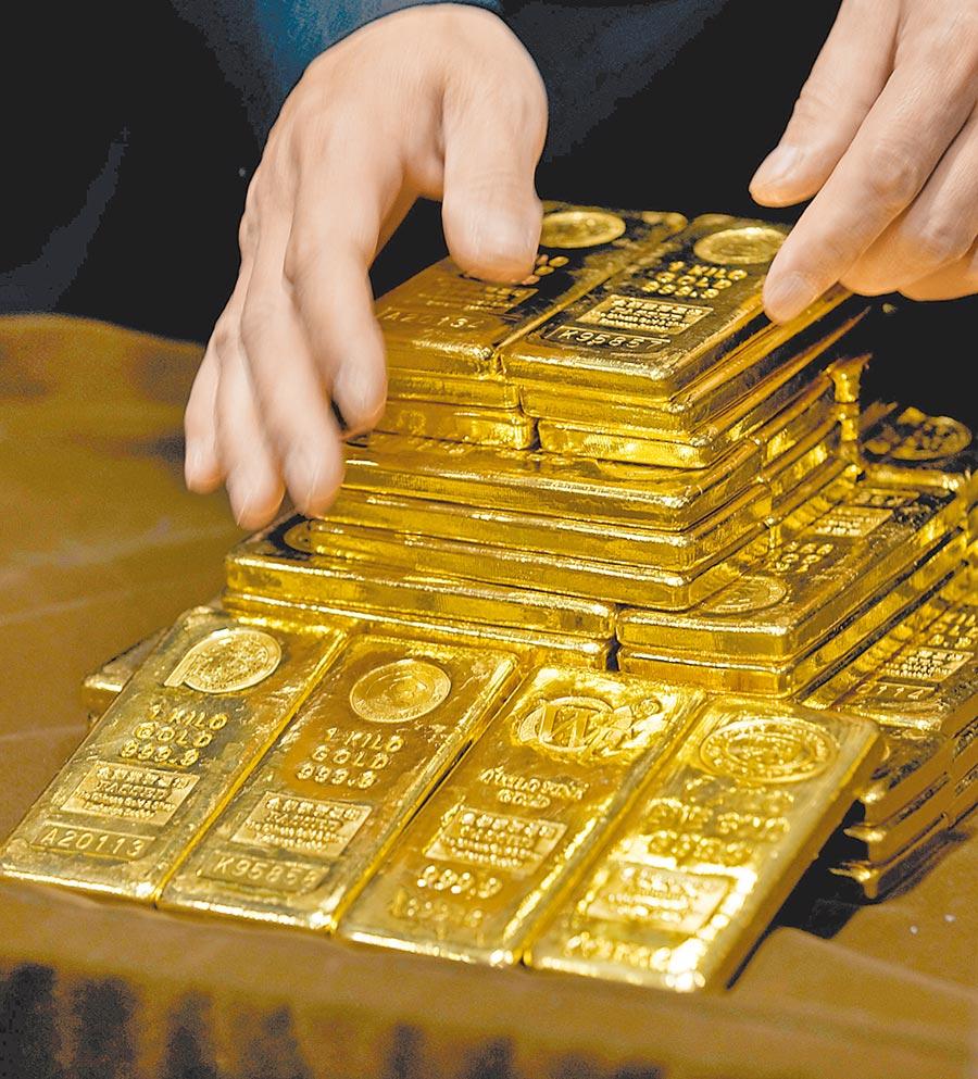 熱錢大挪移,推升金價攀上9年新高,高盛預期金價將突破2011年、1920美元高點,直指2000美元大關。(美聯社)