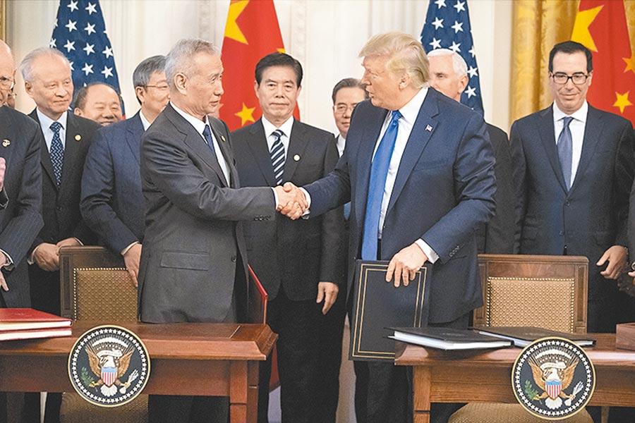 美國超過40個商業組織簽署聯名信,呼籲大陸加大對於美方產品的採購。圖為大陸副總理劉鶴和美國總統川普今年1月15日簽署第一階段貿易協議。(美聯社)