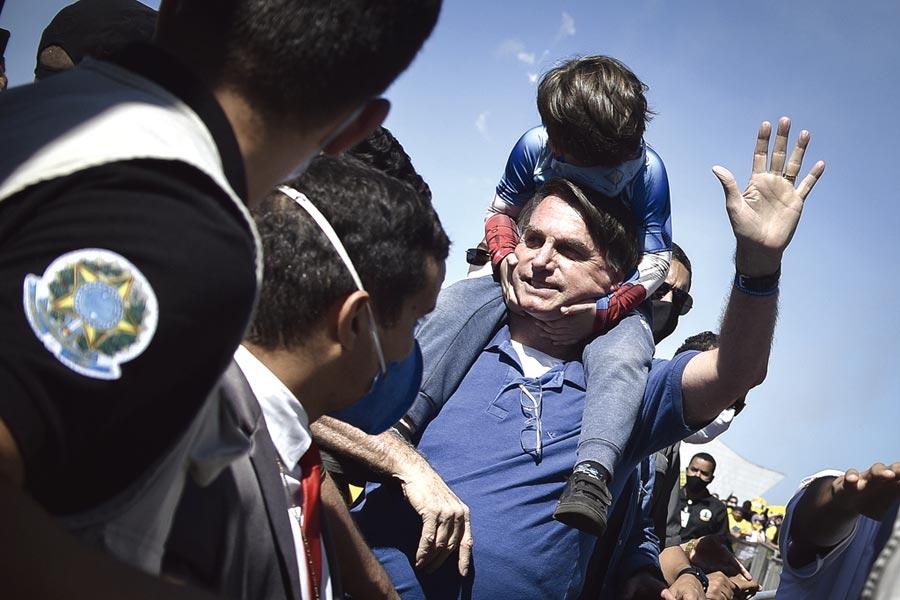 有「巴西川普」之稱的巴西總統波索納洛驚傳出現高燒等疑似新冠肺炎症狀。圖為巴西總統波索納洛。(美聯社)