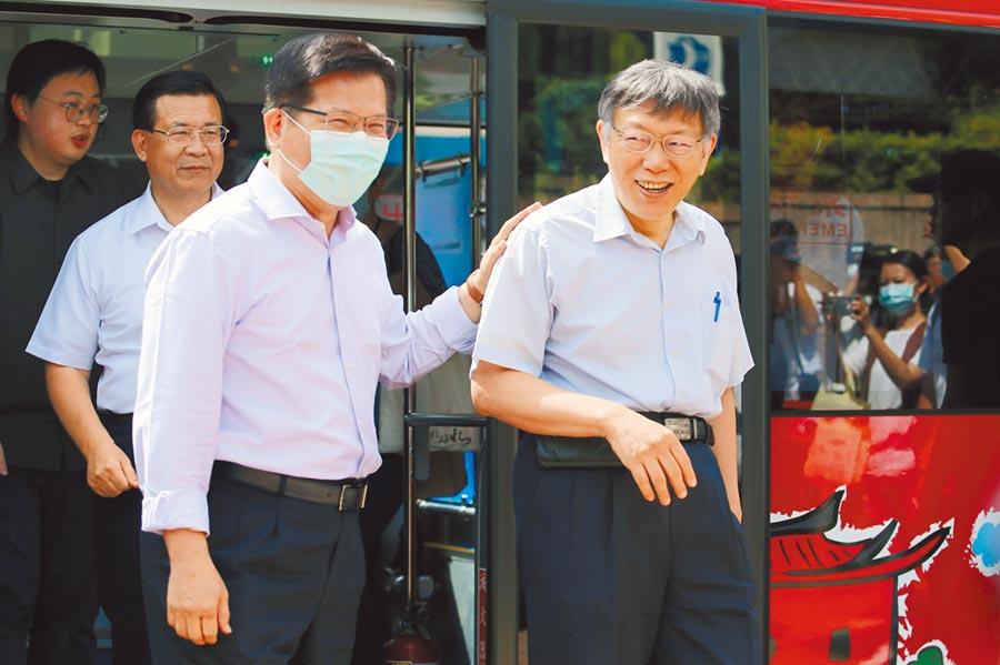台北市長柯文哲(右)、交通部長林佳龍(左)、衛福部長陳時中7日一同搭乘台北市雙層觀光巴士推廣國旅。(黃世麒攝)