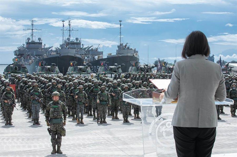 蔡英文總統前往慰勉陸戰隊。(總統府提供)