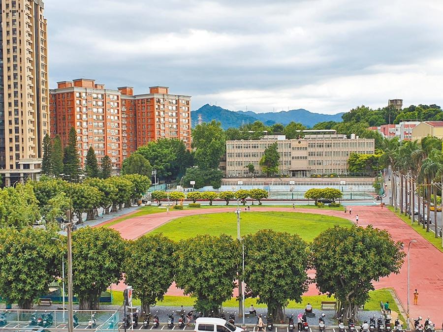 新北市政府擬於中和區民安街運動場興建「銀新生活城」。(葉書宏攝)
