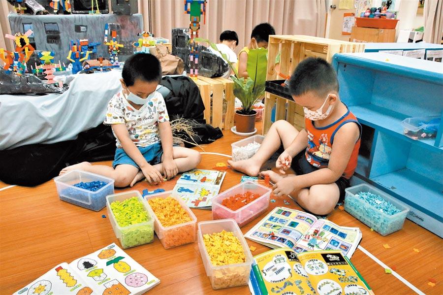 楊梅幼兒園藉由豐富的教具,培養學生積極求知的能力。(黃婉婷攝)