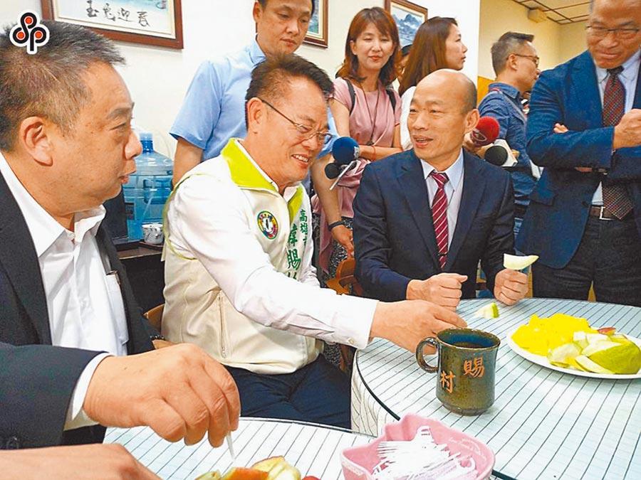 民進黨高市議員陳明澤(左一)宣布爭取議長補選提名,將與另名登記者張勝富協調產生人選。(本報資料照片)