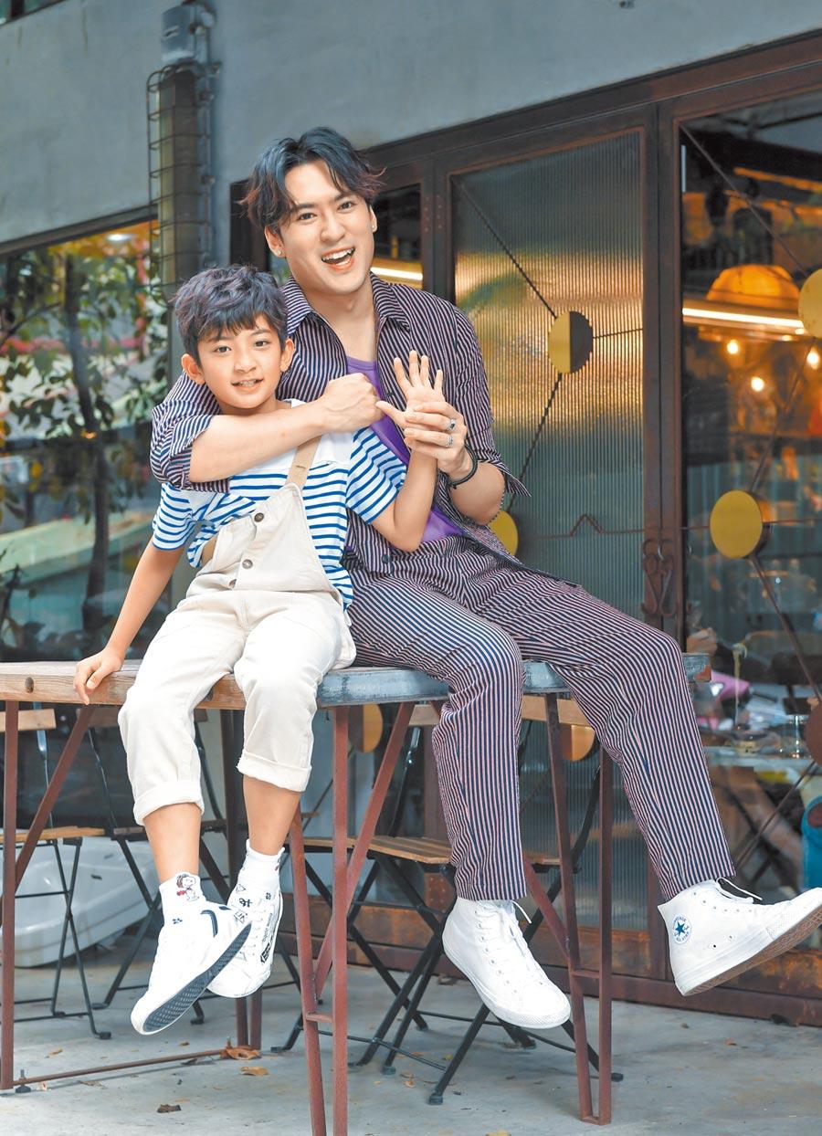 沈建宏(右)昨帶著11歲童星葉小毅一起亮相。(盧禕祺攝)