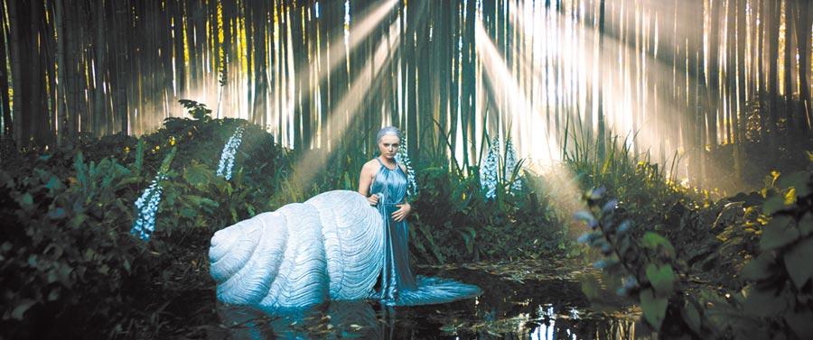 森林仙子見了DIOR高訂服動了凡心,穿上美麗的DIOR高訂服。(DIOR提供)