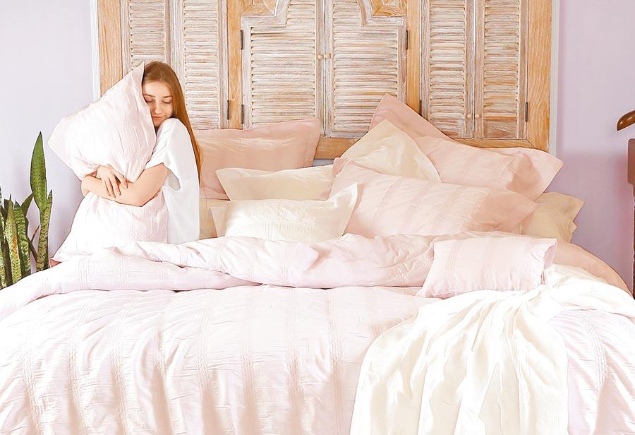 3.VALERON原裝進口100%純棉泡泡紗系列雙人床組,特價5000元。(日比家族提供)