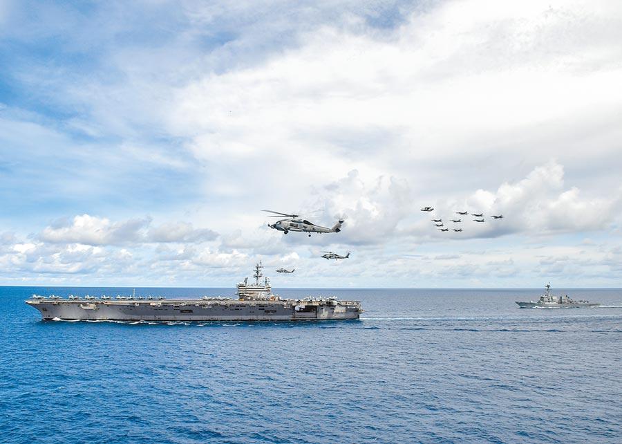 7月6日,美軍航母飛機編隊在雷根號(CVN 76)附近編隊飛行。(取自美國海軍官網)