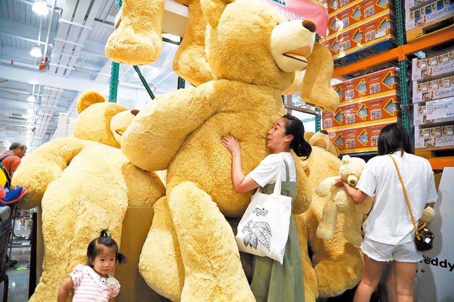 在上海開業的美國超市巨頭Costco人氣爆棚。(中新社資料照片)