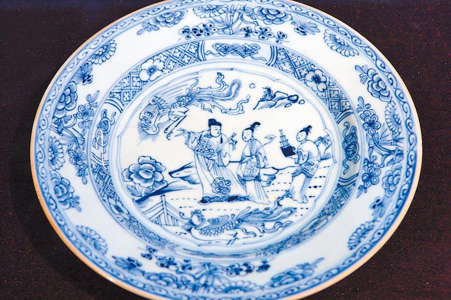 清代外銷青花唐明皇與楊貴妃故事圖瓷盤。(新華社資料照片)
