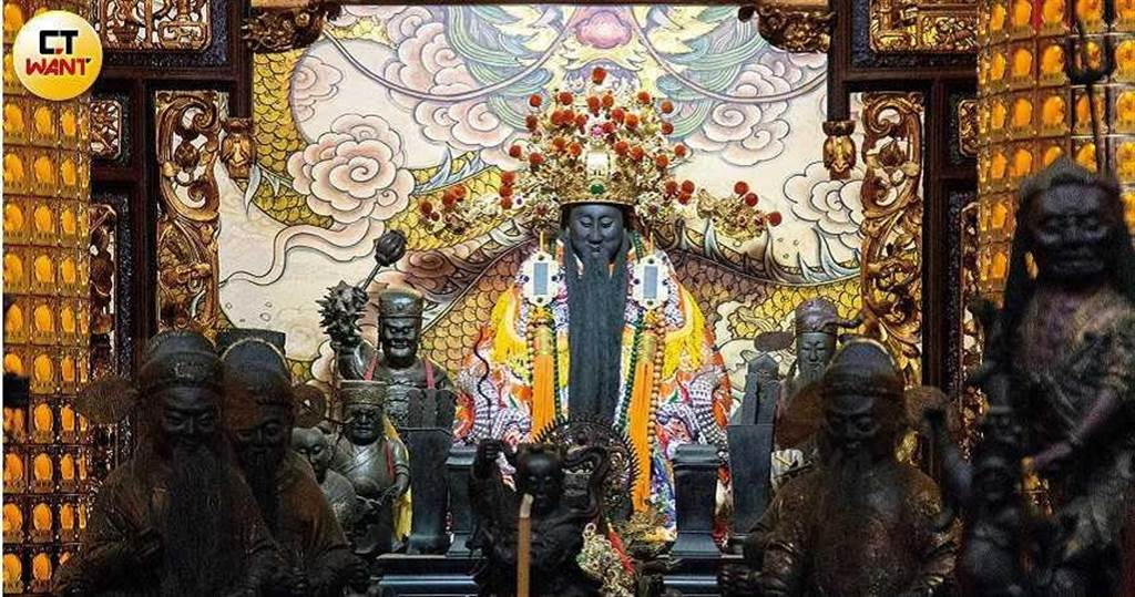 城隍就是地下的政府,城隍爺的身邊都會供奉許多其他「局處首長」的神像。(圖/黃威彬攝)