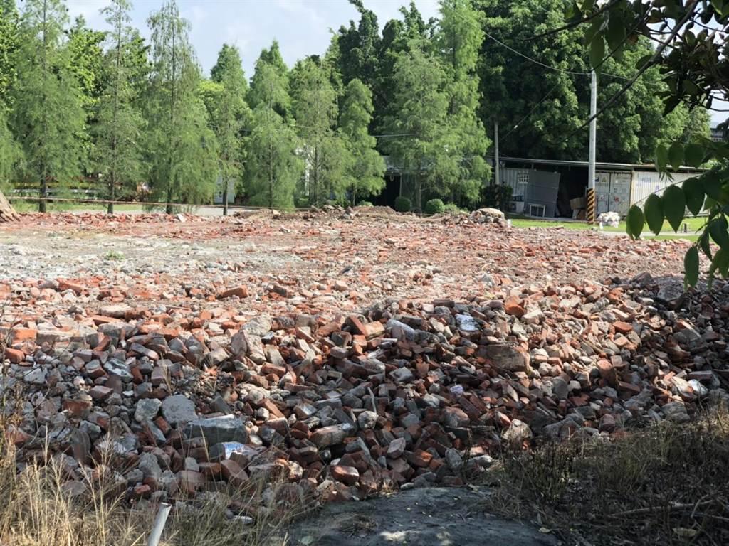 溪湖鎮農業區土地堆置大量廢棄磚塊等營建廢棄物,彰縣府建設處依都市計畫法,農地違法地目使用,重罰30萬元,並責成清理。(彰化縣政府建設處提供/吳敏菁彰化傳真)