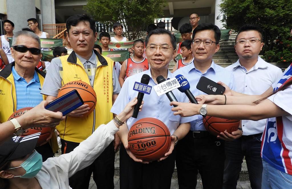 大墩國中校長黃紀生(中)表示,希望孩子們更能珍惜資源,繼續打好每一埸球。(陳世宗攝)
