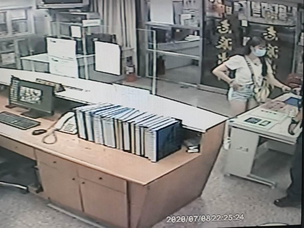 1名熱褲辣妹遺失皮夾,急忙前往林口分局明志派出所求協助,員警根據經驗急調監視器火速找回。(戴志揚翻攝)