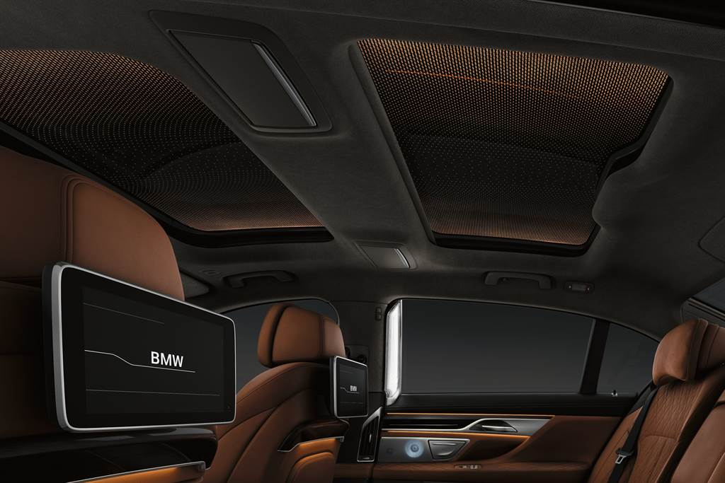 BMW 740Li與BMW 750Li xDrive升級後座影音系統,搭配Nappa真皮雙後座舒適型座椅與Alcantara麂皮頭枕,型塑出媲美豪華頭等艙的乘坐體驗。