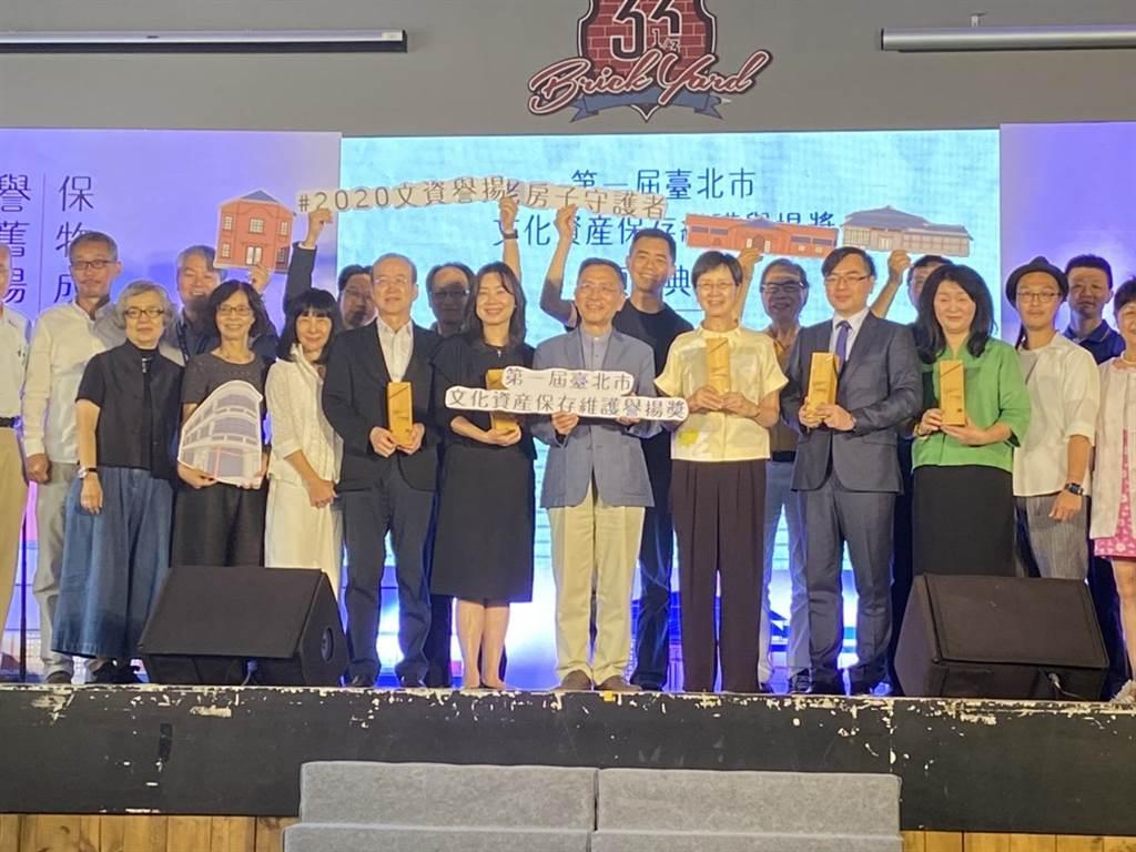 北市文化局舉辦首屆「文資譽揚獎」為老房守護者喝采,台北市副市長蔡炳坤(中)到現場頒獎。(游念育攝)