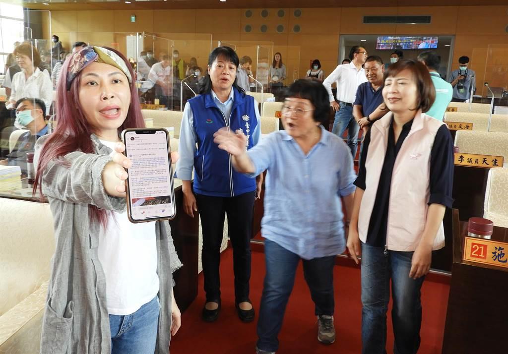 賴佳微(左)出示手機,說她並未罵藍營議員,只是說明台中市並非沒有石虎,只是遭車撞斃。(陳世宗攝)