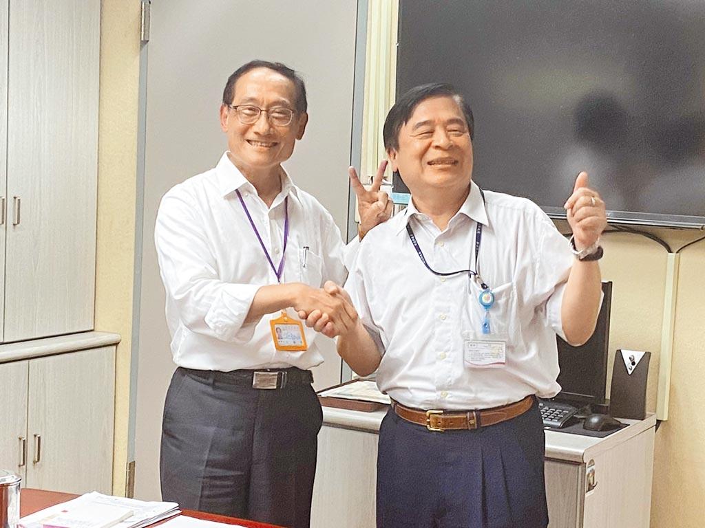 台北市交通局長陳學台(左一)與新北市交通局長鍾鳴時(右一)一同舉辦「閉門交流」,討論YouBike的汰換。(游念育攝)