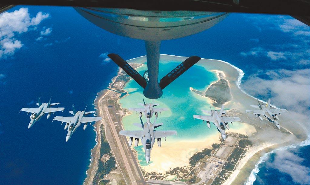 美軍KC-135加油機,在威克島上為F/A-18大黃蜂加油。(取自美國空軍官網)