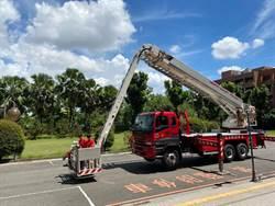 消防局捐退役雲梯車給吳鳳科大 供教學使用