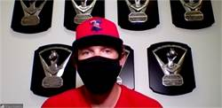 MLB》口罩放口袋!費城人一壘手「防守」奇招
