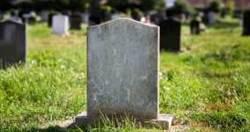 花600萬買透天厝 入住發現鄰居是3座墓碑