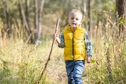 撿1公尺木棍突纏上男童手 父定睛一看嚇傻扔掉