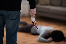 13歲少女愛上熟男私奔離家 親父抓回鐮刀砍死熟睡女兒