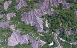 環團質疑跳票 舉牌抗議國土計畫法把世界自然地景畫工業區